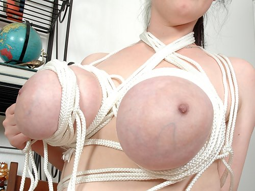Sexy Angela White ties up her big tits