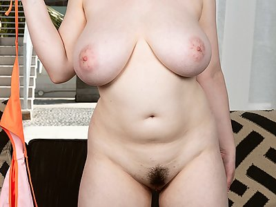 Chubby brunette with big tits takes off her bikini