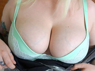 Tattooed blonde with pale skin shows off her big veiny boobs