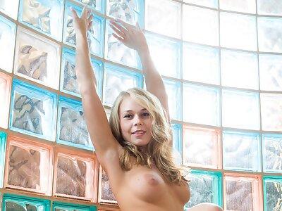 Busty blonde pulls off her bikini