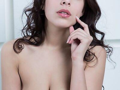 Busty brunette hottie posing nude