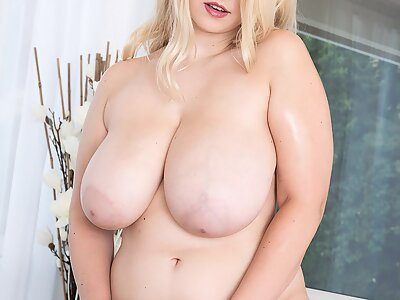 Chubby blonde with big tits pour shaving cream on her hairy pussy